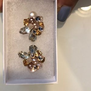 GORGEOUS cluster stud earrings.